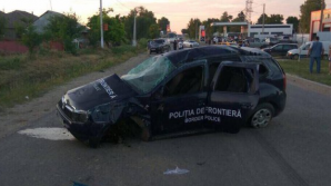 ACCIDENT VIOLENT: O mașină a Poliției de Frontieră, aflată în misiune, lovită de un şofer beat (VIDEO)