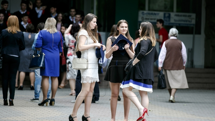 High heels and short skirts. Moldovan graduates say farewell to school (PHOTO REPORT)