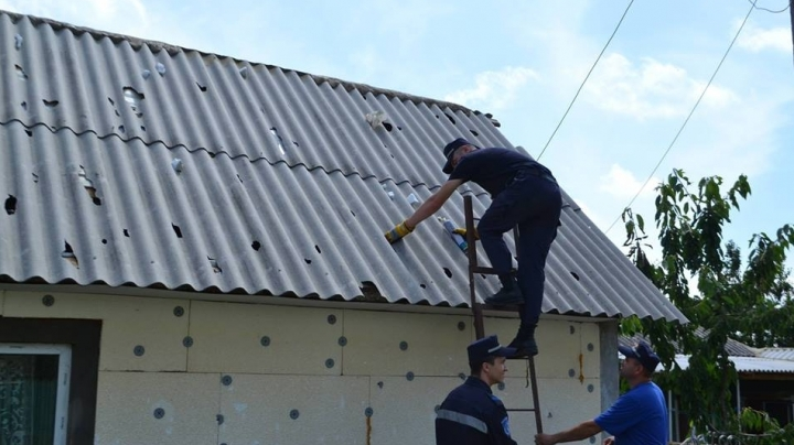 People from Ungheni district receive asbestos tiles to repair smashed roofs (PHOTO)