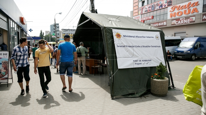 Moldovan authorities set up tents for people to hide from hot weather (PHOTO REPORT)