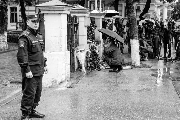HELICOPTER CRASH. People, authorities lay candles and flowers at Romanian embassy to Chisinau (PHOTO GALLERY)