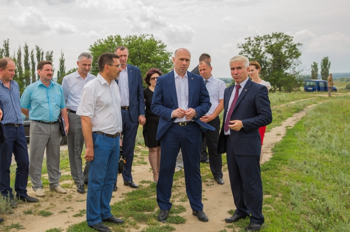 Moldovan prime minister makes sure anti-flood dams will stay firm (PHOTO GALLERY)