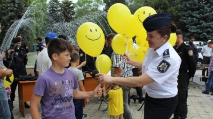 Chisinau police stage fights for children, show their dogs and horses