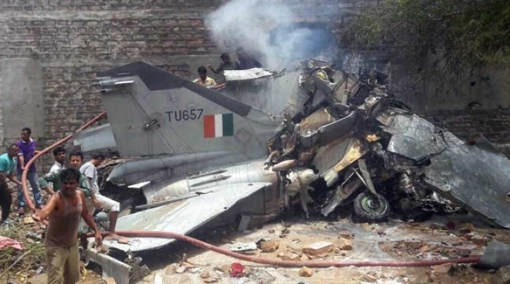 Indian MiG-27 crashes into house, injures two people (VIDEO)