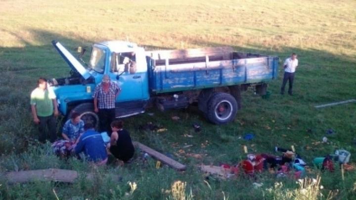 Old truck overturns, kills two, injures ten in western Moldova