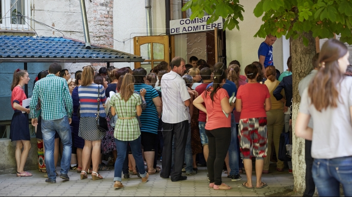 High school graduates spend their night in front of Gheorghe Asachi highschool for Romanian admission