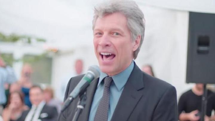 "Bon Jovi sings ""Livin'on a prayer"" with a wedding band"