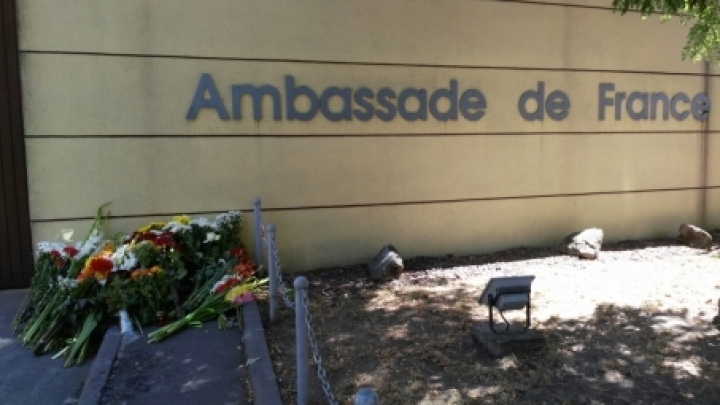 Andrian Candu lays flowers at France's embassy: There s no excuse when people die