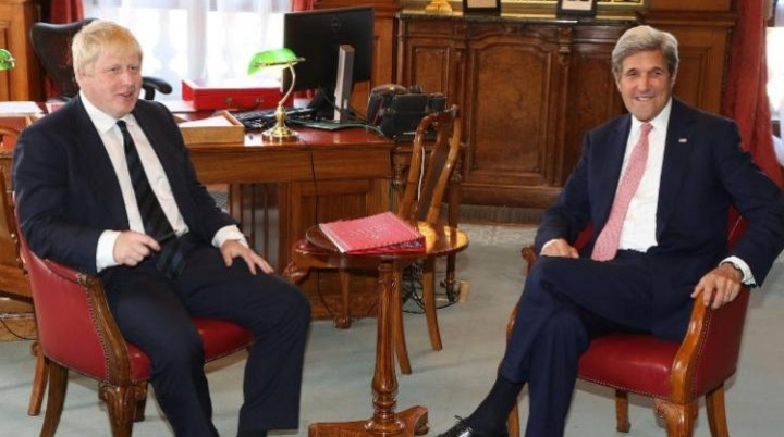 NO COMMENT: John Kerry instructs Boris Johnson in DIPLOMACY (VIDEO)