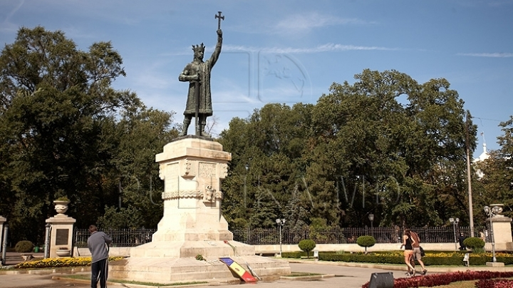 Stephen the Great is commemorated in Chisinau through flower procession