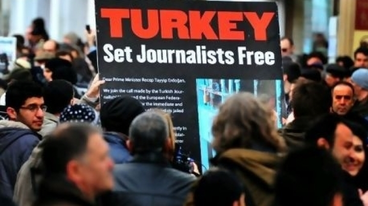 Istanbul court arrests journalists for links with cleric Fethullah Gulen