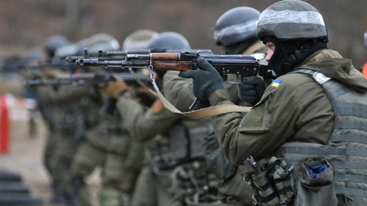 Ukrainian president Poroshenko orders highest combat readiness near Crimea, in Donbass
