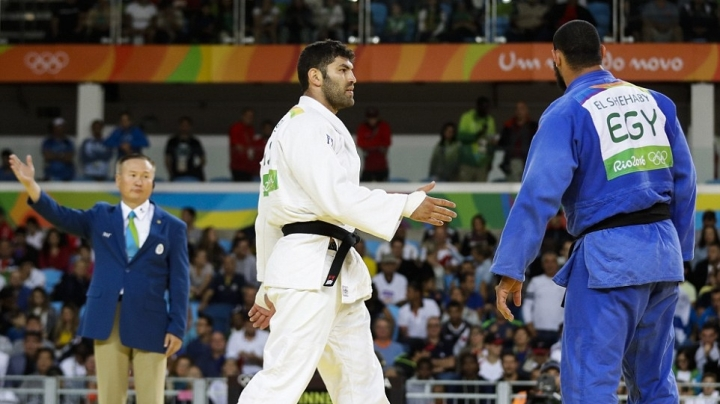 Defeated Egyptian judo fighter refuses to shake hands with Israeli rival
