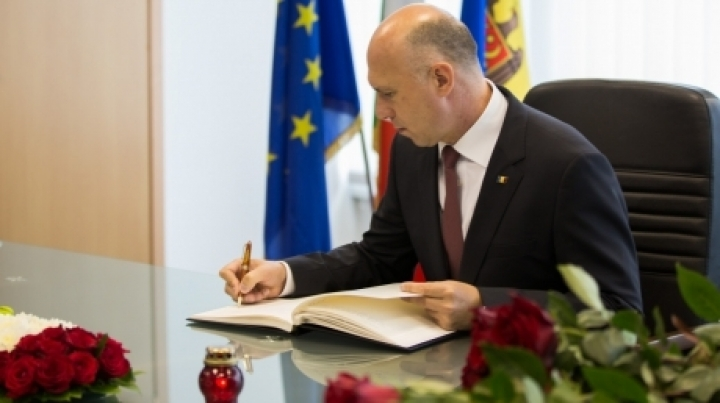 Moldovan premier signs in book of condolences in memory of earthquake victims in Italy