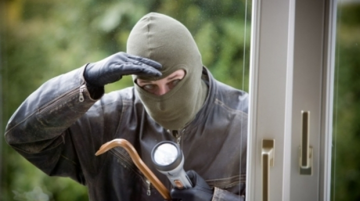 Thieves broke into a house from Cimişeni and stole 240 000 lei
