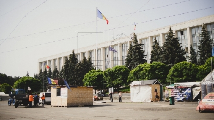 Tents from Great National Assembly Square DISMANTLED. Police get threatened