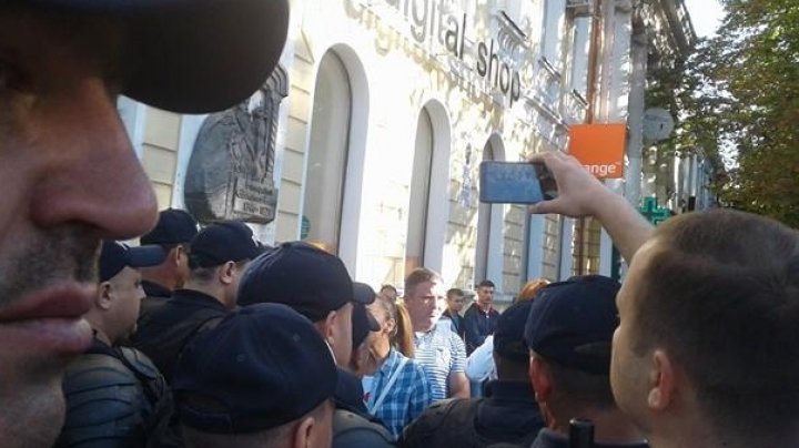 Activists of DA Party and of Usatai RIDICULE INDEPENDENCE DAY and Moldovan citizens