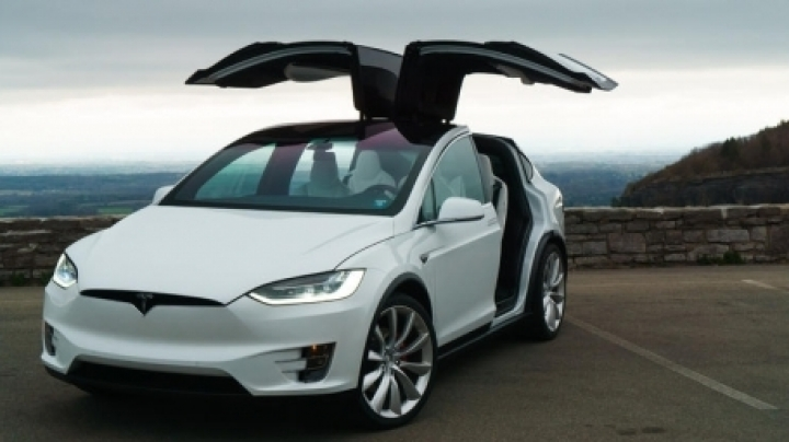 Hackers fool Tesla Autopilot into making obstacles 'disappear'