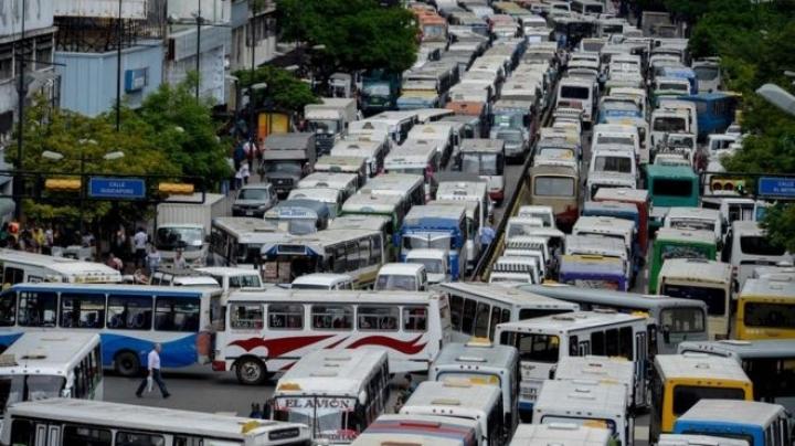 Venezuela crisis: Bus drivers bring chaos to Caracas