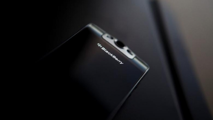 BlackBerry outsourcing smartphone design in strategic shift
