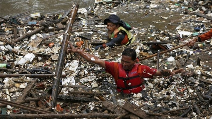 Indonesian authorities tax plastic bags to prevent water pollution