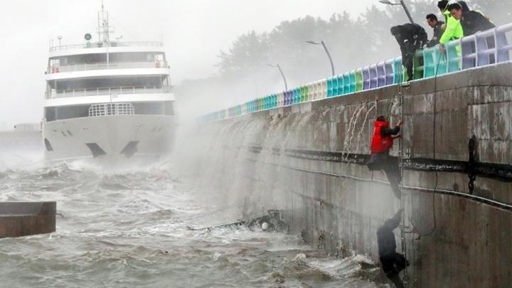 Typhoon Chaba hit South Korea, after hammering Japan
