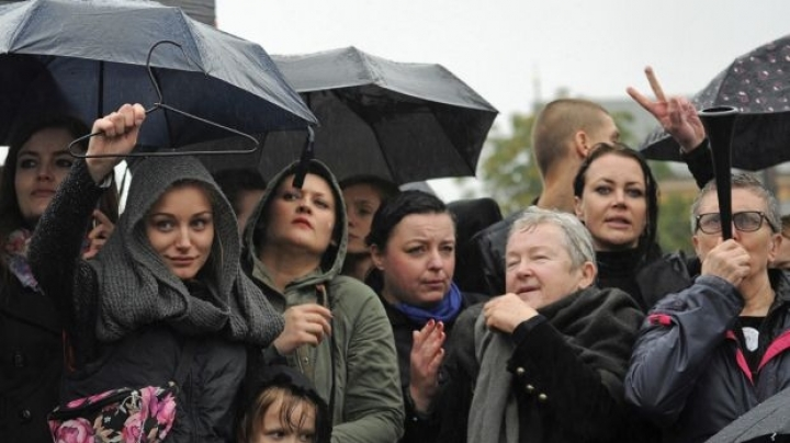 Up to 6 million women protest against abortion ban proposed by Polish government