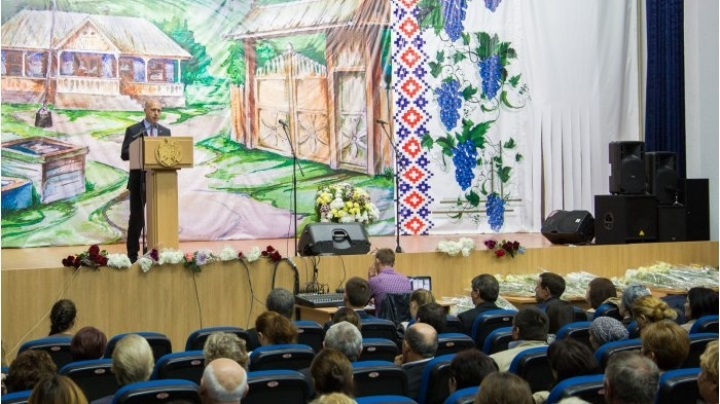 Moldovan PM provides education softs to lower grades of all schools from central district