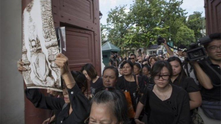 Thousands queue in Bangkok to pay respects to late king