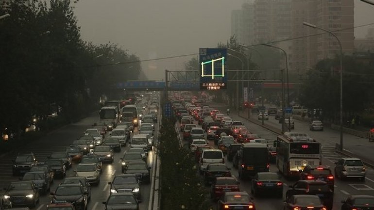 Beijing bans highly polluting cars during smog alerts