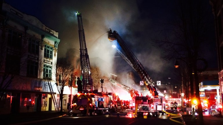 Munich firefighters battle deadly apartment fire