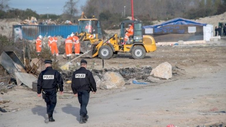 Calais migrants: France's Hollande vows no return to camp