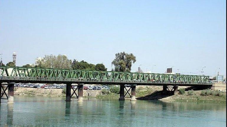 U.S. strikes destroy bridge in Mosul halting Islamic State's moves over Tigris river