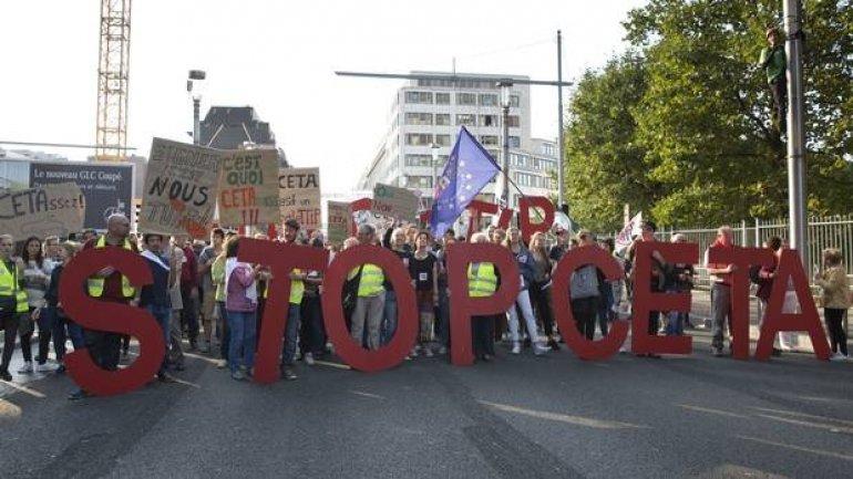 Dutch activists gather signatures to derail EU-Canada trade deal