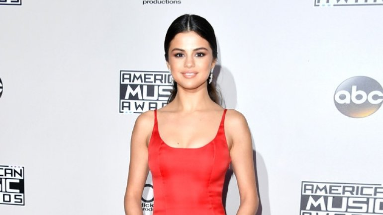 Selena Gomez makes surprise appearance at 2016 American Music Awards