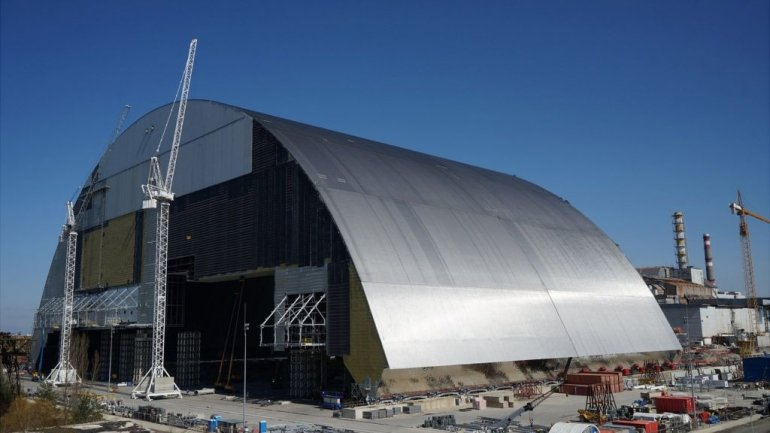 Supermassive shield starts being moved over Chernobyl reactor