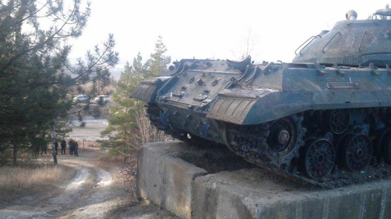 PSRM deputies and supporters stay overnight near tank in Cornesti village (PHOTO)