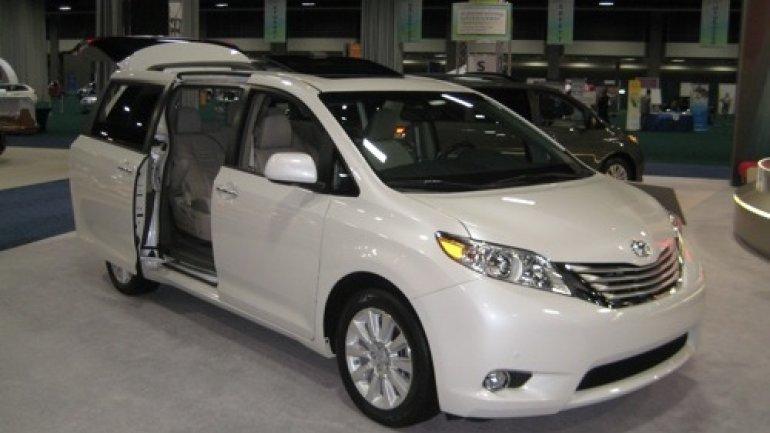 Toyota recalls 700,000 Sienna minivans to fix doors