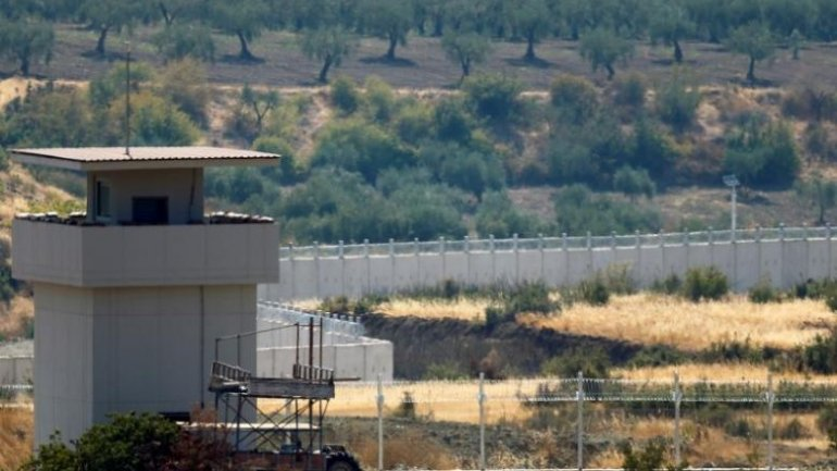 Turkey shuts Syrian border, amid clashes