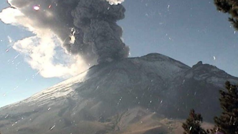Mexico volcano spews ash and gas 5 km above crater after erupting in April 2016
