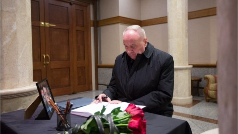 Moldovan president signs in book of condolence opened at Russian embassy