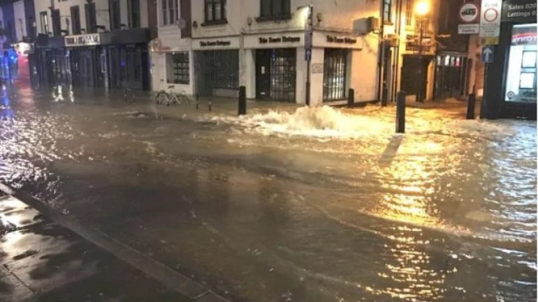 Dozens evacuated after burst water main leaves Islington flooded (VIDEO)