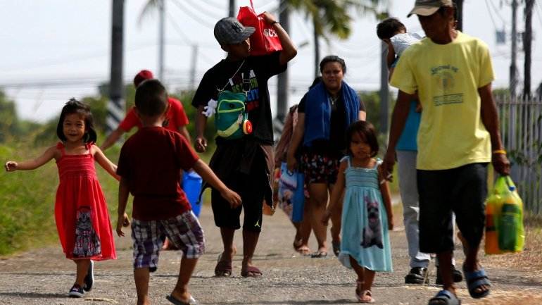 Thousands flee as Christmas Day typhoon barrels down Philippines