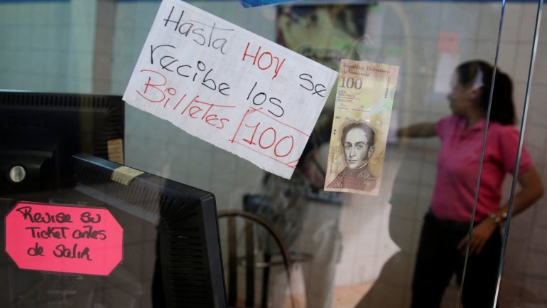 Venezuelans line at banks to give 100-bolivar bills after presidential ban