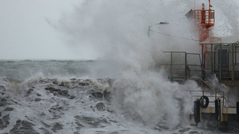 Sochi struck by powerful storm with huge waves (VIDEO)