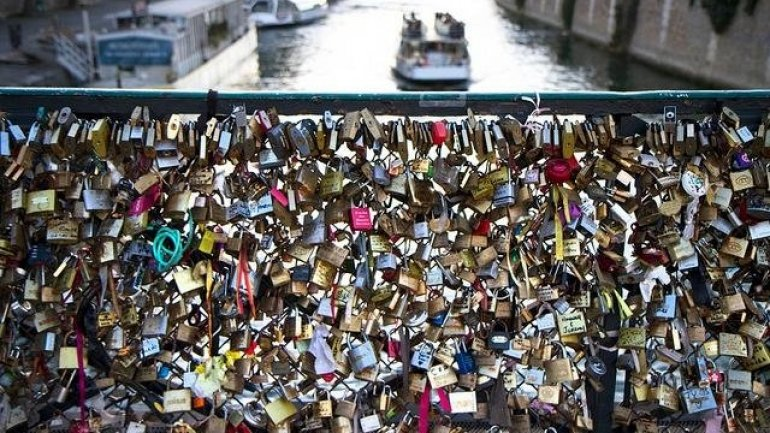 Paris to sell off love locks and give proceedings to refugees
