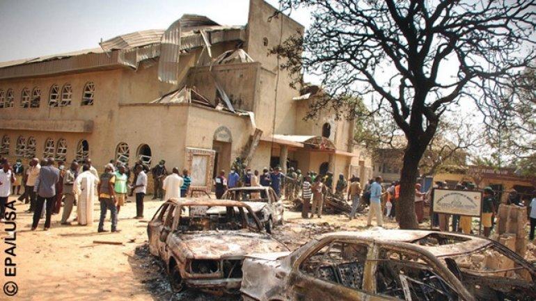 Church falls over parishioners, kills scores