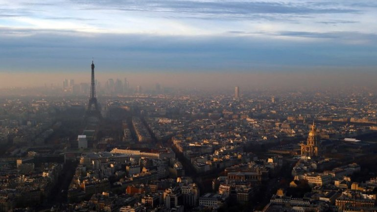 Paris struggles with worst pollution, restricts traffic for third consecutive day