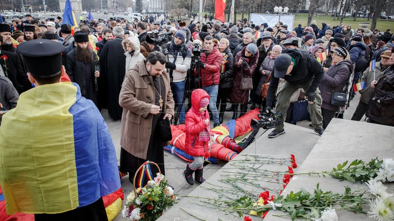 One-kilometer-flag laid in Chisinau for celebration of Romania National Day (PHOTOREPORT)