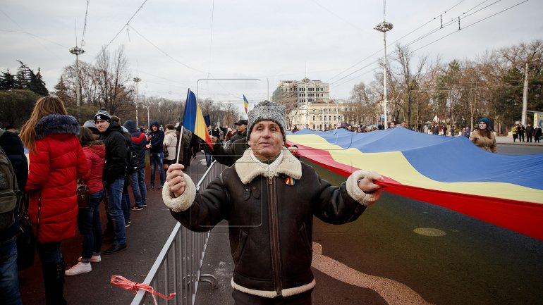 One-kilometer-flag laid in Chisinau for celebration of Romania National Day (PHOTOREPORT)